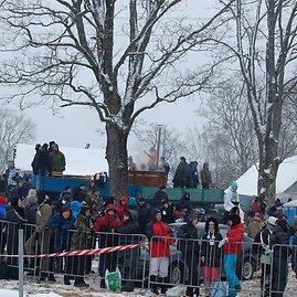 """Skaitytojo Ruslano nuotr./""""Halls Winter Rally"""" istorinės nuotraukos: žiūrovai kaitinasi kubile spiginant šalčiui"""
