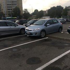 """Skaitytojo Tomo nuotr./""""Toyota Auris"""" ant šaligatvio"""
