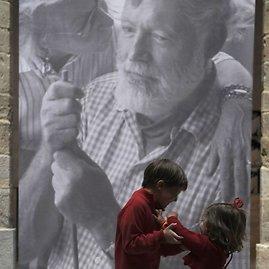 """""""Reuters""""/""""Scanpix"""" nuotr./Vaikai prie Ernesto Hemingvėjaus portreto"""