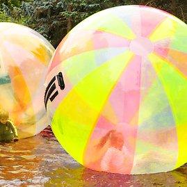 123rf.com nuotr./Palangoje vaikai žaidžia vandens burbuluose