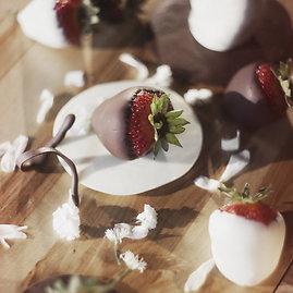 """""""The Great Tit"""" nuotr./Braškės šokolade – vienas iš populiariausių """"The Great Tit"""" desertų."""