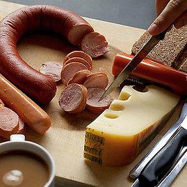 F.Metharo nuotr./Vokietija. Šios šalies gyventojai ir svečiai dieną pradeda nuo dešrelių, sūrio ir duonos ir kavos