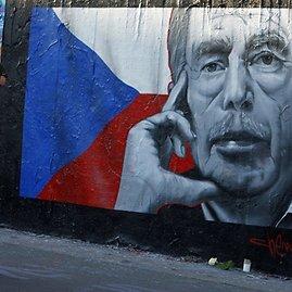 """""""Reuters""""/""""Scanpix"""" nuotr./Žmonės prie graffiti piešinio skirto pagerbti Čekijos prezidentą Vaclava Havela."""