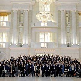 """""""Reuters""""/""""Scanpix"""" nuotr./Vladimiras Putinas su Tarptautinio olimpinio komiteto nariais """"Rus"""" viešbutyje, Sočyje"""