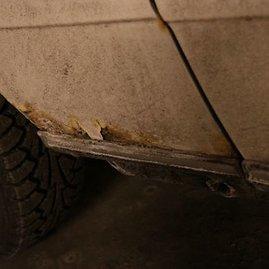 "Pauliaus Sviklo/GAZAS.LT nuotr./Rūdys ant ""Mercedes-Benz 123"""