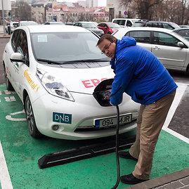 Irmanto Gelūno/15min.lt nuotr./Nemokamai tiekiama energija iš atsinaujinančio energijos šaltinio – dar viena privilegija elektromobilininkams Vilniuje ir šalia greitkelio iš Sostinės į Kauną