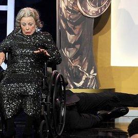 """Sacha Baronas Cohenas BAFTA apdovanojimuose nuo scenos nustūmė """"80-metę senutę"""""""
