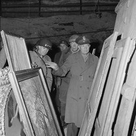 JAV generolas D.Eisenhoweris apžiūrinėja nacių pavogtus paveikslus