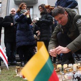 """AFP/""""Scanpix"""" nuotr./Žvakutės pagerbiamas Kijeve žuvusių žmonių atminimas prie Ukrainos ambasados Vilniuje"""