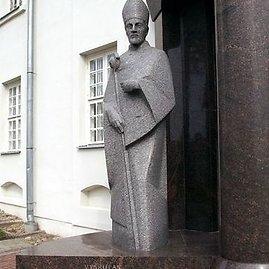 Žemaičių vyskupo Merkelio Giedraičio skulptūra Varniuose
