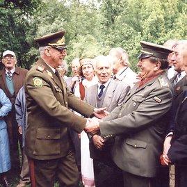 Archyvo nuotr./Kariuomenės vadas Jonas Kronkaitis spaudžia ranką Leonui Laurinskui