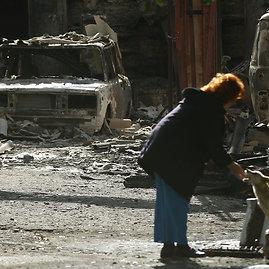 """""""Reuters""""/""""Scanpix"""" nuotr./Gyventojų šuo sugriautame Popasnos mieste"""