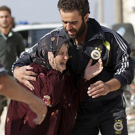 """""""Reuters""""/""""Scanpix"""" nuotr./Moteris, per bombardavimą netekusi savo artimųjų"""
