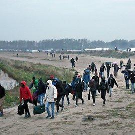 """""""Scanpix""""/AP nuotr./Ruošiamasi evakuoti migrantų neteisėtą stovyklą šiauriniame Kalė uostamiestyje"""