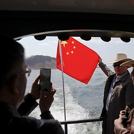 """""""Reuters""""/""""Scanpix"""" nuotr./Kinų turistai kelte Jaludziango upėje"""
