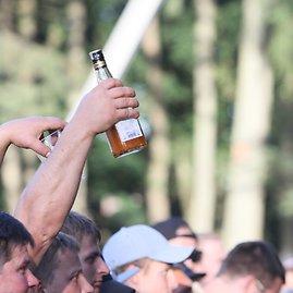 Alvydo Januševičiaus nuotr./Publika kėlė aukštyn bokalus, kai kas – ir praimtus butelius.