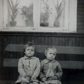 Šeimos nuotrauką/Vyriausios Lietuvos dvynės  Birutė ir Lilija  vaikystėje