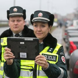 Juliaus Kalinsko/15min.lt nuotr./Policijos pareigūnų darba lengvina planšetiniai kompiuteriai