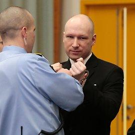 """AFP/""""Scanpix"""" nuotr./Norvegijoje į teismo posėdį atvykęs ekstremistas Breivikas pademonstravo nacių pasisveikinimą"""