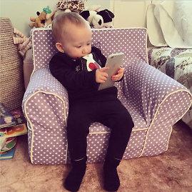 """Scanpix nuotr./Vaikas su """"iPhone 6 Plus"""""""