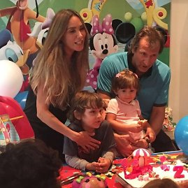 """Instagram"" nuotr./Natalia Streignard su vyru Donato Calandriello ir vaikais Jacques'u bei Gia"