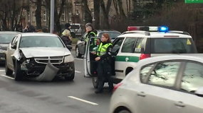 Pusę miesto apdaužytu automobiliu įveikusi neblaivi vairuotoja sulaikyta Antakalnyje