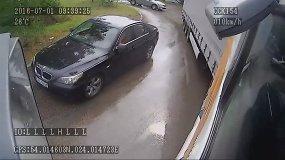 Užfiksuota, kaip BMW sėdėję kauniečiai imitavo eismo įvykį