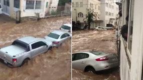 Turistų pamėgtame Bodrume plaukė automobiliai – keliautojus įkalino staigūs potvyniai