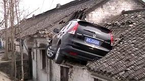 Nufilmuota: automobilis užlėkė ant namo stogo