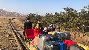 Rusijos diplomatai iš Šiaurės Korėjos grįžo traukinio bėgiais stumiamu vežimėliu – kito būdo tiesiog nebuvo