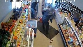 Nufilmuotas pilietiško šiauliečio bandymas sulaikyti alaus vagį: nusikaltėlis buvo stipresnis