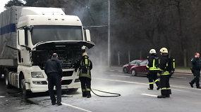 Vilniuje užsidegė sunkvežimis, jį gesino neabejingi vairuotojai