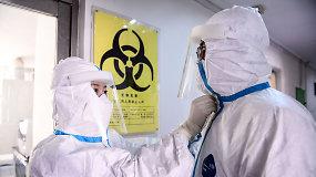 Šimtai Kinijos gydytojų ir slaugytojų skutasi plikai, kad išvengtų koronaviruso