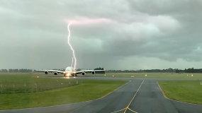 Pilotas užfiksavo neįtikėtiną pavojingą momentą – į lėktuvą vos nepataikė žaibas