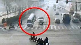 Sunkiai suvokiama automobilių avarija Kinijoje