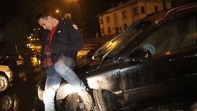 """Panevėžyje """"Volvo"""" nušlavė kelio ženklą ir šviesoforą"""