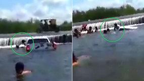 Staiga pakilus vandeniui šeima turėjo vos kelias minutes –  automobilis paniro per akimirksnį