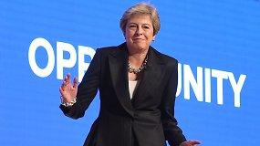"Tikra šokių karalienė: Theresa May ant scenos bandė šokti pagal ABBA dainą ""Dancing Queen"""