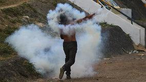 Rizikingą humanitarinės pagalbos įvežimą į Venesuelą blokavo smurtiniai susirėmimai