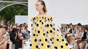 """""""Carolina Herrera"""" pristatė žydinčią pavasario ir vasaros kolekciją – dizainerei draugiją palaikė modelis K.Kloss"""