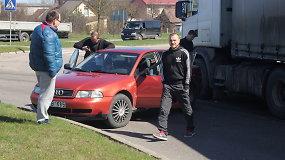"""Panevėžyje žiedu važiavęs vilkikas apsuko """"Audi"""""""