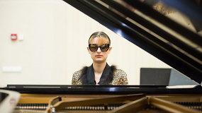 Išgirskite: aklumas merginai nesutrukdė tapti profesionale pianiste