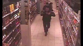 Alytuje nufilmuotas be skrupulų prieš kamerą alkoholį už atlapų susikišęs ir kasose už jį nemokėjęs vyras