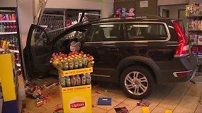 Vokietijoje 77-metų vairuotojas įlėkė į degalinės parduotuvę