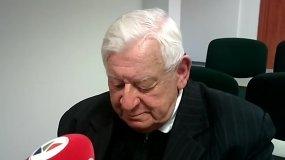 Pedofilija kaltinamas kunigas J.Antanavičius į žurnalistų klausimus atsakė tik šypsena