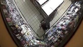 Policija ieško vyro, kuris viskio butelį paslėpė striukės užantyje