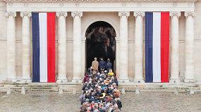 Tūkstančiai atsisveikino su eksprezidentui J.Chiracu – eilėje laukė nepaisydami lietaus