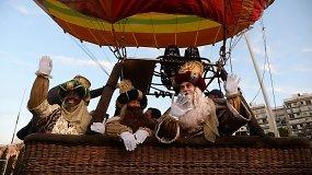 Trys Karaliai žmones sveikino iš oro baliono – grandiozinius paradus dėl pandemijos teko pamiršti