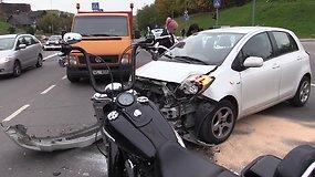 """Avaringoje sostinės sankryžoje nukentėjo """"Harley-Davidson"""" vairuotojas"""