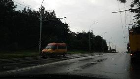 Vilniuje sunkvežimis trenkėsi į apšvietimo stulpą